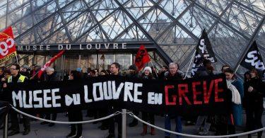 パリの抗議者:申し訳ありませんが、観光客、今日はルーブル美術館はありません