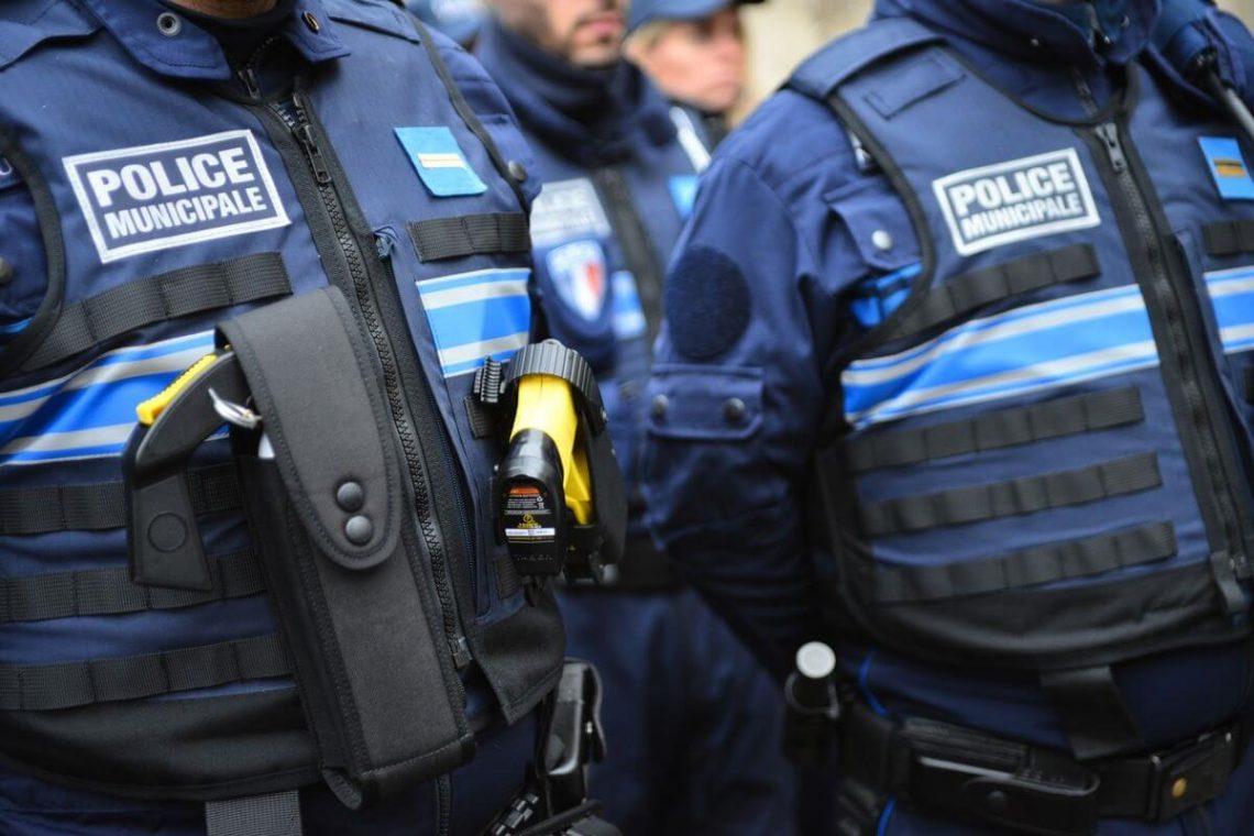 Dois esfaqueados, um morto em ataque terrorista com faca em Paris, atacante baleado pela polícia