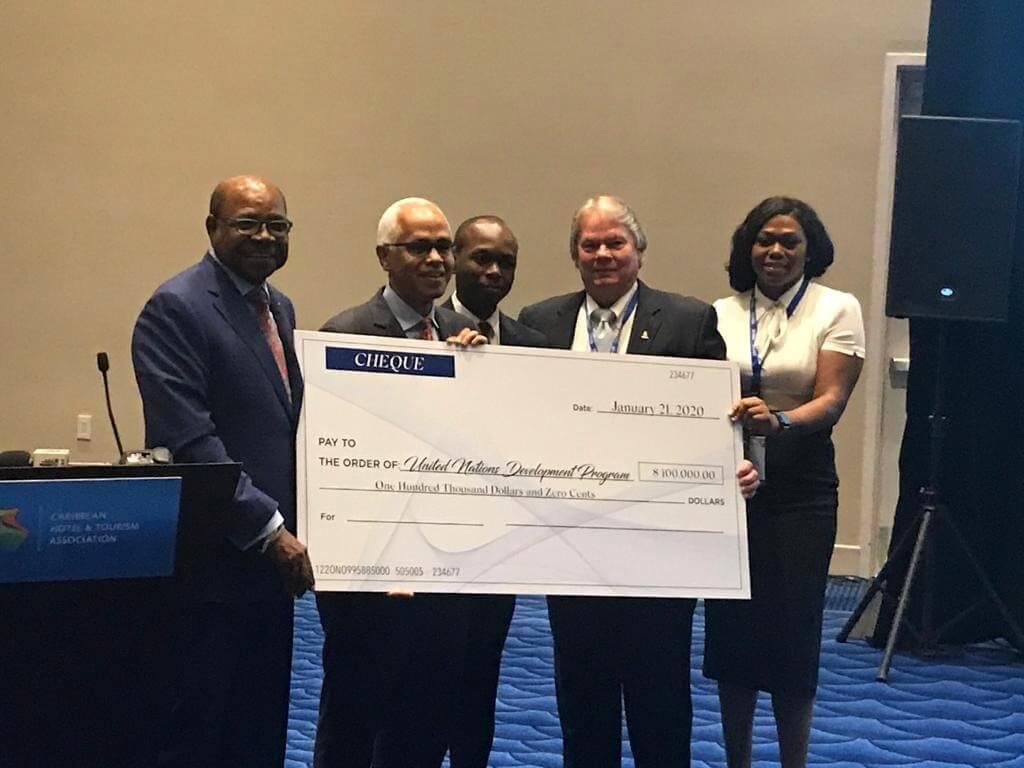 O Global Tourism Resilience Center, com sede na Jamaica, entrega US $ 100,000 às Bahamas