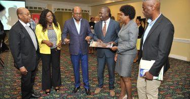 Cestující na výletních plavbách a obdrží kávu na Jamajce Blue Mountain