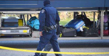 Jeden zabit, pět zraněno, zatímco ozbrojenci pokračují v řádění v autobusu kalifornských chrtů