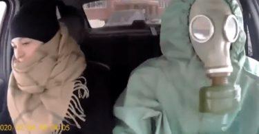 हज़मत-सूट पहने रूसी कैबी कोरोनोवायरस हिस्टीरिया से हँसते हैं