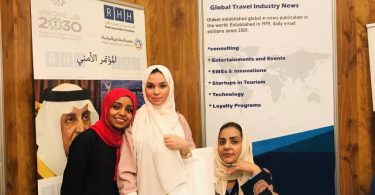 eTurboNews menter gyda Saudi Tourism Group yn dangos y faner yn Jeddah