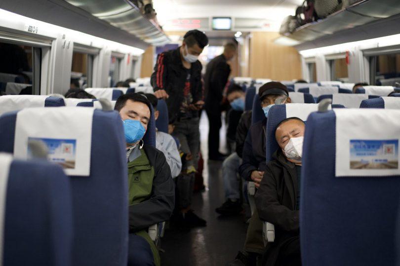 Obyvatelé čínských rojů Hubei rojili, když byla zrušena cestovní omezení COVID-19