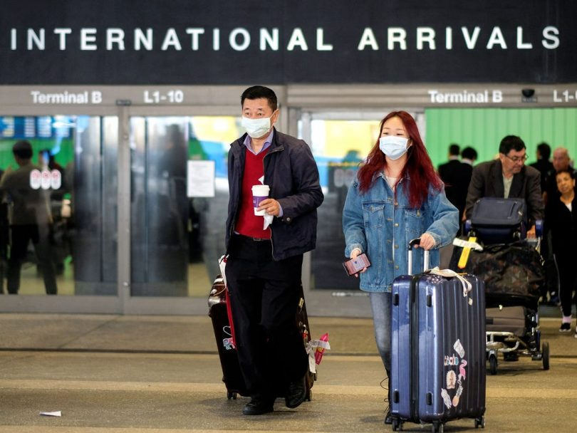 Китай рязко намалява международните полети, за да спре внесения COVID-19