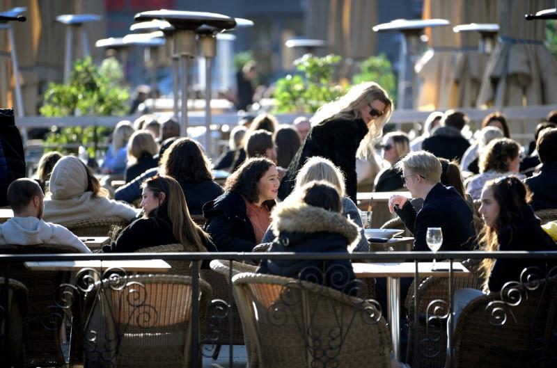 Хэзээ ч байгаагүй хожимдсон нь дээр: Швед эцэст нь 50 ба түүнээс дээш хүн цугларахыг хориглодог