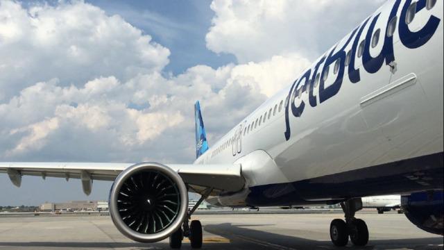 JetBlue ndalon pasagjerin për jetën mbi COVID-19