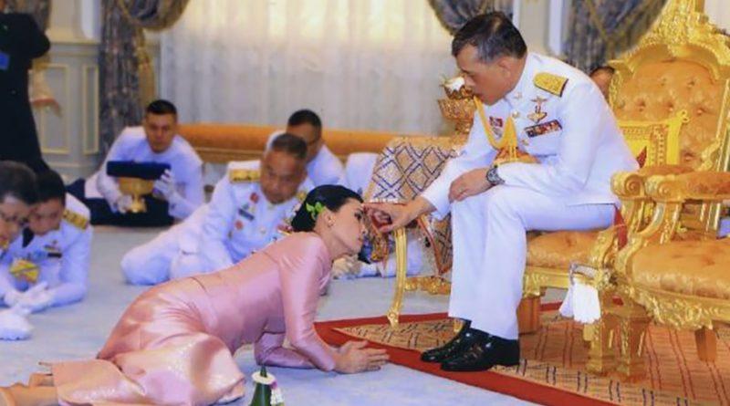 Ať žije thajský král v Bavorsku se svým harémem 20 krásných thajských dam