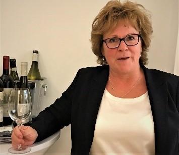 En kvinde. Mange vine