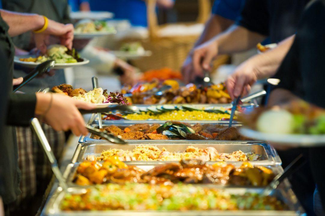 Karibské hotely odporúčali nahradiť večere formou bufetu odľahlou večerou