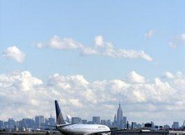 यूनाइटेड एयरलाइंस न्यूयॉर्क शहर में COVID-19 से लड़ने के लिए चिकित्सा स्वयंसेवकों को उड़ाने के लिए