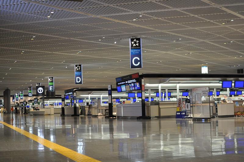 A Tokió Narita repülőtér karanténba helyezi az érkező utasokat egy kartondobozban
