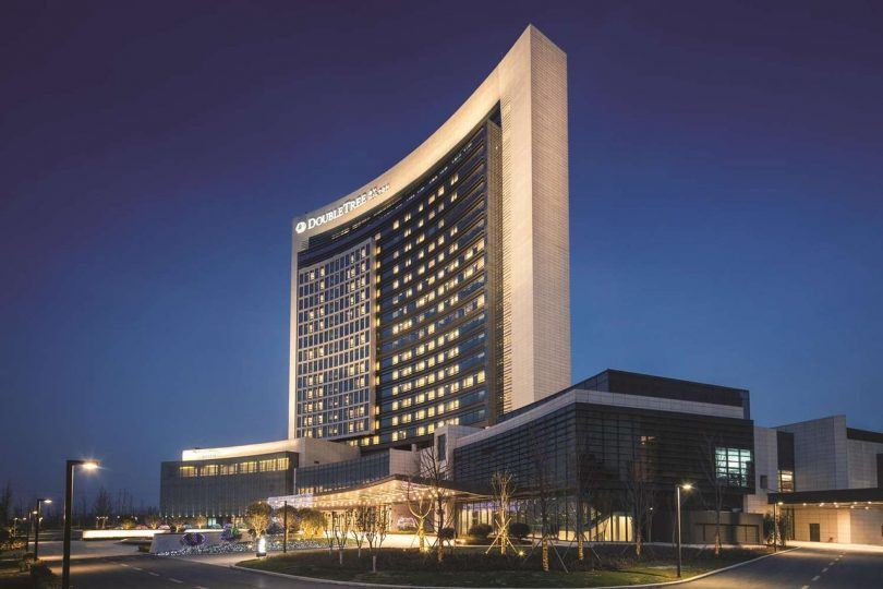 اعضای تیم هیلتون زندگی مهمانان هتل را که دچار حمله قلبی شده اند نجات می دهند