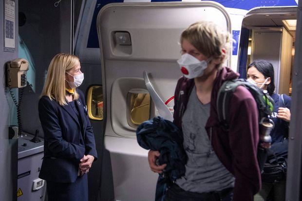در حال حاضر Delta Air Lines به تمام بروشورها نیاز دارد که از پوششهای صورت در طول سفر استفاده کنند