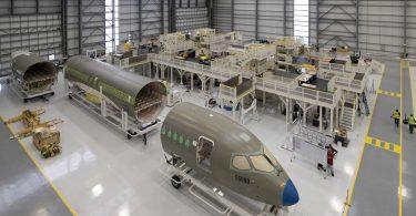 Airbus åbner A220-produktionshangar i USA og byder anden amerikanske kunde velkommen