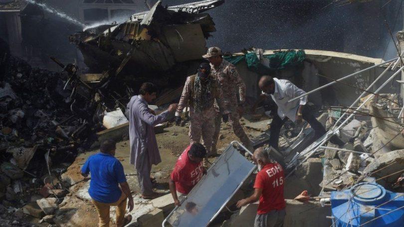 هواپیمای هواپیمایی پاکستان با بیش از 100 سرنشین در کراچی سقوط کرد