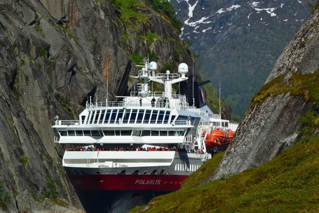 Hurtigrutencruise line extends suspension of operations