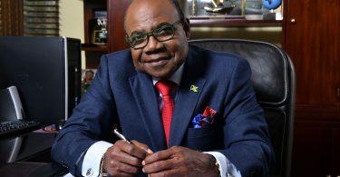 Le ministre Bartlett portera un toast à 126 couples lors de la cérémonie de mariage virtuelle de l'Office du tourisme de la Jamaïque