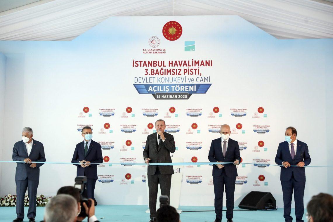 Turkin presidentti vihki kolmannen kiitotien Istanbulin lentokentälle