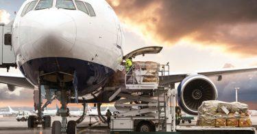 Celosvětová poptávka po leteckém nákladu klesá, ale kapacita mizí ještě rychleji