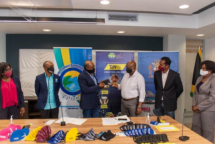وزارت گردشگری جامائیکا 10,000 هزار ماسک برای کارگران صنعت خط مقدم فراهم می کند