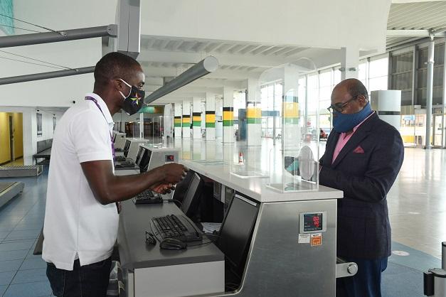 وزیر جهانگردی جامائیکا پادمانهای جدید را در فرودگاه بین المللی نورمن مانلی بررسی می کند