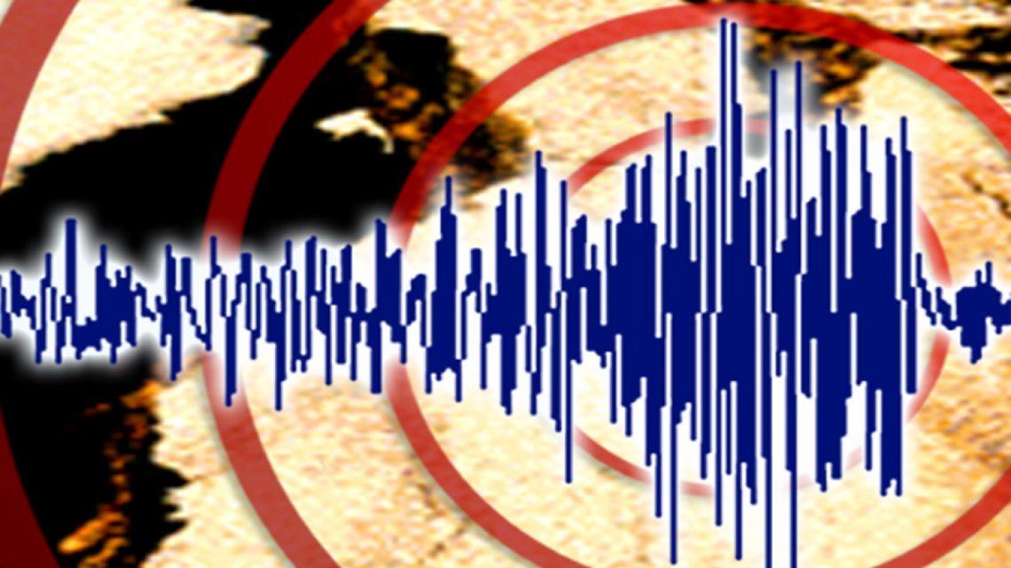강력한 지진이 자바 해안에서 인도네시아를 강타
