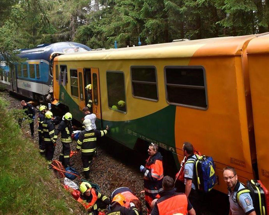 3 minsken fermoarde, tsientallen ferwûnen yn Tsjechyske botsing mei passazjiersstreinen