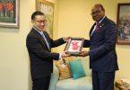 De japaneschen Ambassadeur seet Abschied Ugedriwwe Opruff un de Minister Bartlett