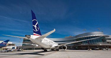 LOT Polish Airlines dia mandefa sidina Wroclaw avy amin'ny seranam-piaramanidina Budapest