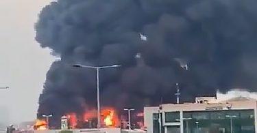 Bomberos luchan contra un gran incendio en el mercado público en Ajman, Emiratos Árabes Unidos