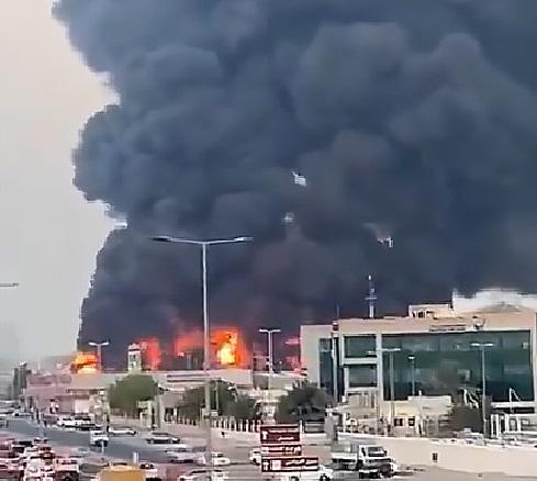 Bombeiros lutando contra um grande incêndio no mercado público em Ajman, Emirados Árabes Unidos