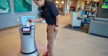 تستخدم فنادق كاليفورنيا هيلتون وماريوت الروبوتات لتقليل التفاعل بين الموظفين والضيوف