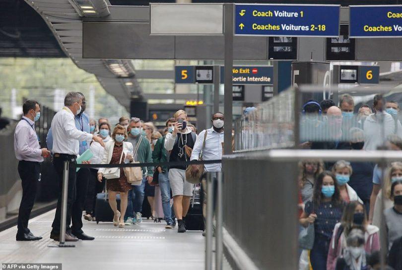 हजारों ब्रिटिश पर्यटकों ने संगरोध समय सीमा को हरा करने के लिए वापस घर में हाथापाई की