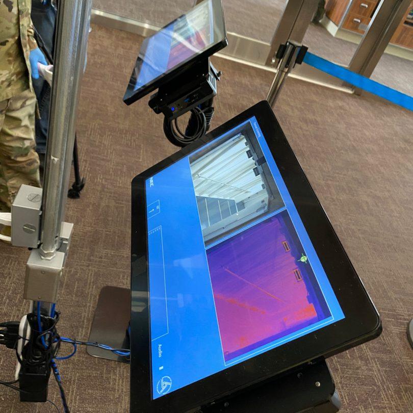 हवाई हवाई अड्डे एक नए थर्मल तापमान स्क्रीनिंग उपकरण के साथ COVID-19 से लड़ते हैं