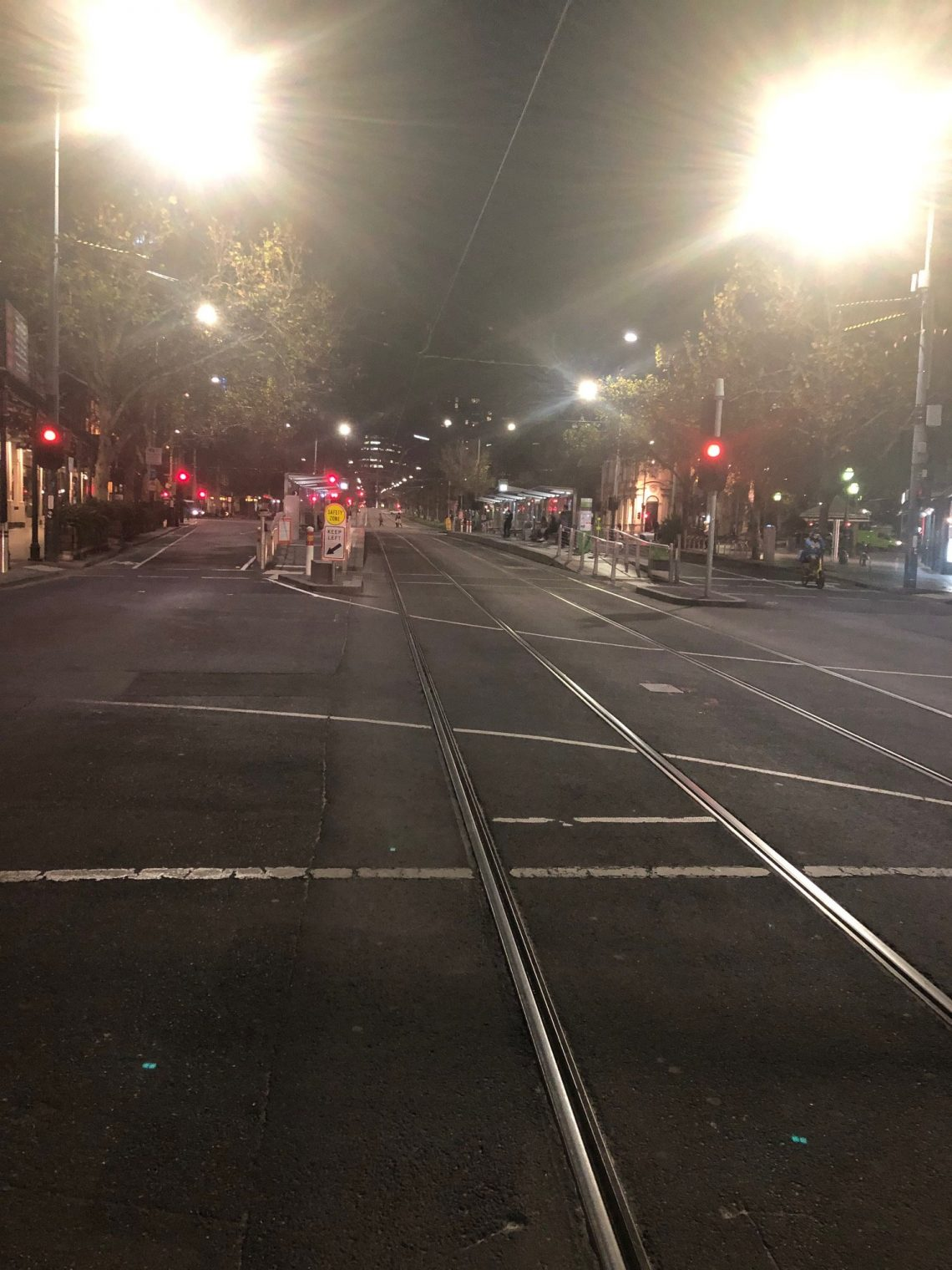 Melbourne proíbe todas as viagens ao ar livre, declarando estado de desastre