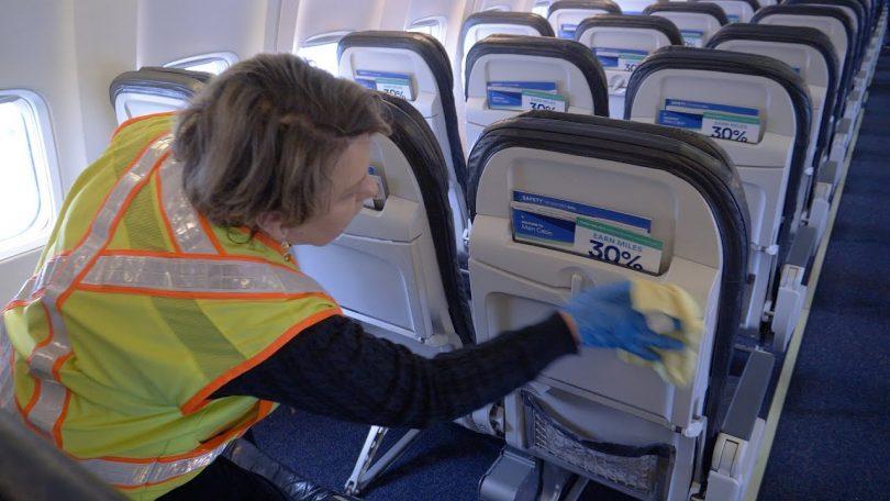 United Airlines shton llak antimikrobik në masat e pastrimit të kabinës