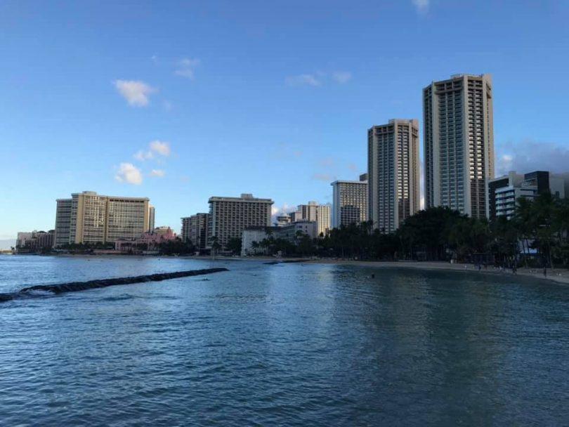 Ny trano fandraisam-bahiny Hawaii dia mitatitra ny fihenan'ny fidiram-bola sy ny fivezivezena