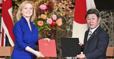 Spojené království a Japonsko podepisují dohodu o volném obchodu po brexitu