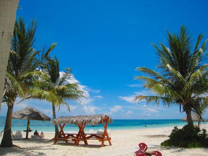 15月XNUMX日に訪問者を歓迎する準備ができているグランドバハマ島