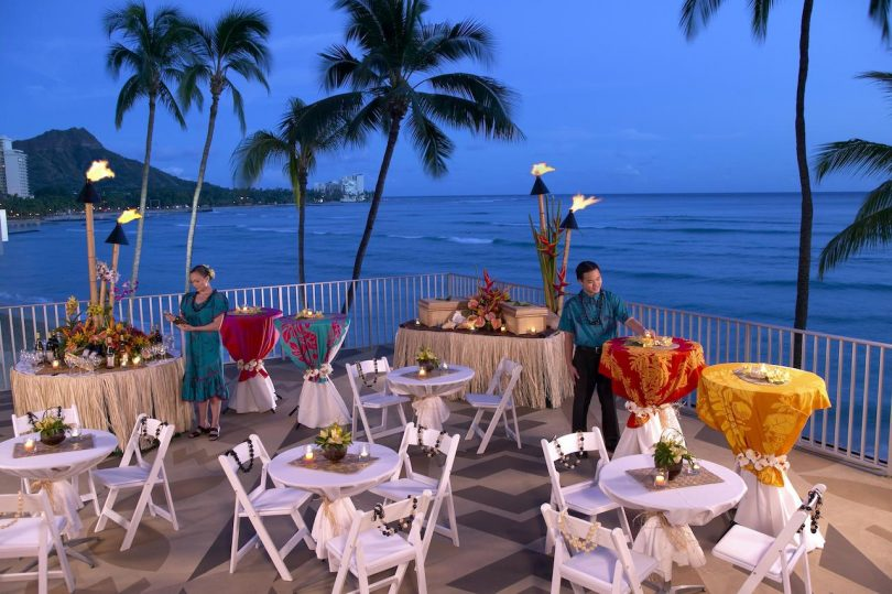 ハワイとタイのアウトリガーホテル&リゾート:マスクの後ろで微笑む