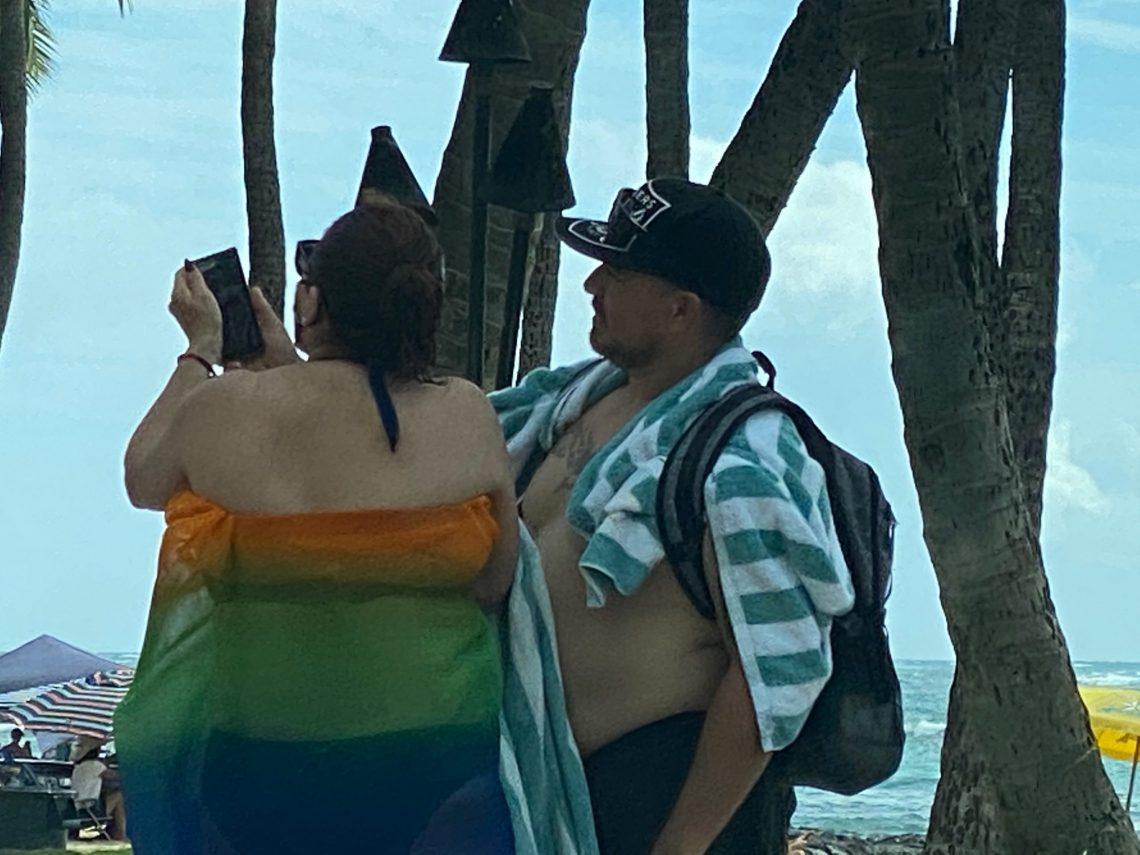 De boargemaster fan Honolulu driuwend berjocht oan besikers oer Oahu