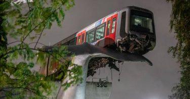 Holandský vlak metra narazil na vrchol sochy obrovského velrybího ocasu