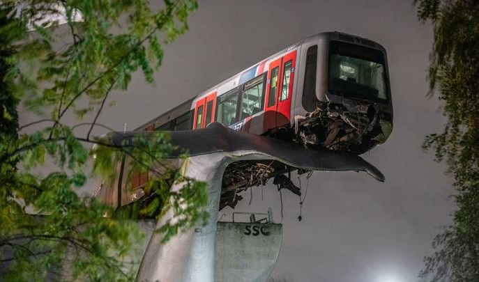 オランダの地下鉄列車の墜落-巨大なクジラの尾の彫刻の上に着陸
