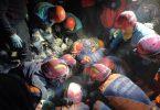 Menschen in Izmir, die nach dem Erdbeben gegen die Zeit antreten