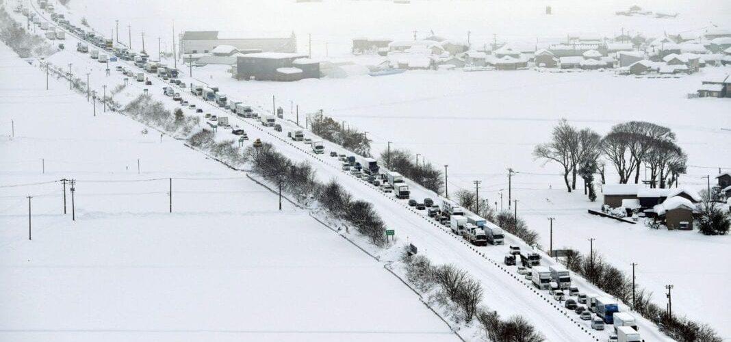 Kahdeksan ihmistä kuollut, tuhannet jumissa, kun valtava lumimyrsky osuu Japaniin