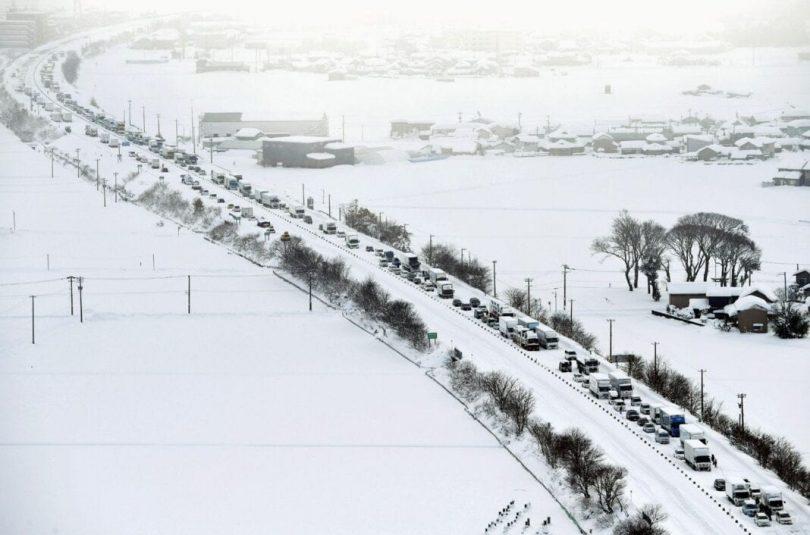 Осам људи мртво, хиљаде насуканих док огромна снежна олуја погађа Јапан
