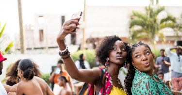 米国の黒人旅行者は、ヨーロッパの黒人旅行者よりも安全上の懸念とマーケティングにおける表現の影響を強く受けています