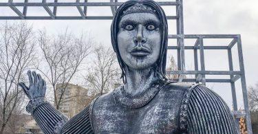 """""""Зомби Анджелина Джоли"""", който ужаси руския град, продаден на търг"""