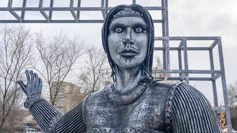 'Zombie Angelina Jolie' que aterrorizada cidade russa vendeu em leilão